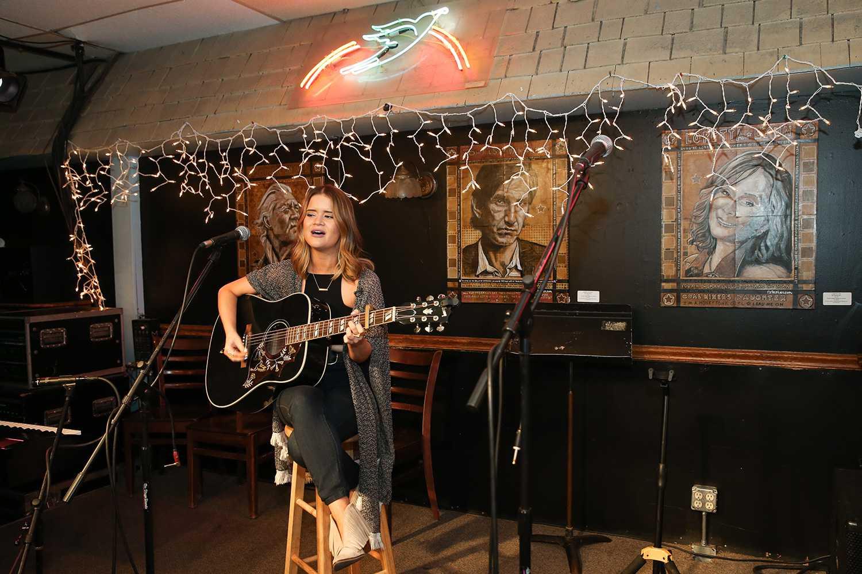 Maren Morris actúa en el Bluebird Cafe