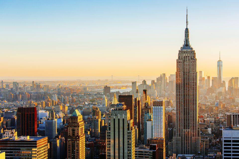 Horizonte de Manhattan en un día soleado Edificio Empire State a la derecha, Nueva York, Estados Unidos