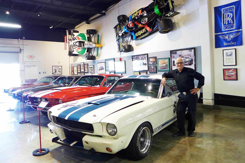 Dick Marconi posa para un retrato en el Marconi Automotive Museum en Tustin, California el 3 de noviembre de 2016