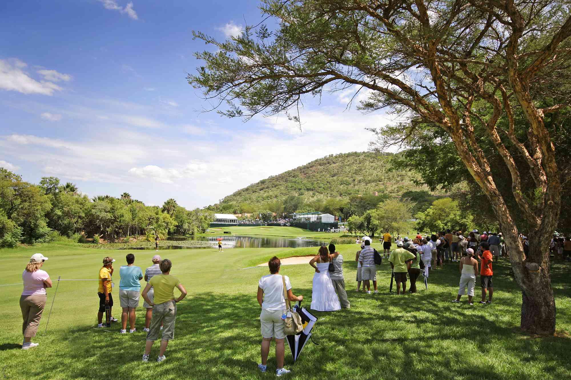 Espectadores que miran un juego de golf en Sun Centro turístico de la ciudad, Noroeste