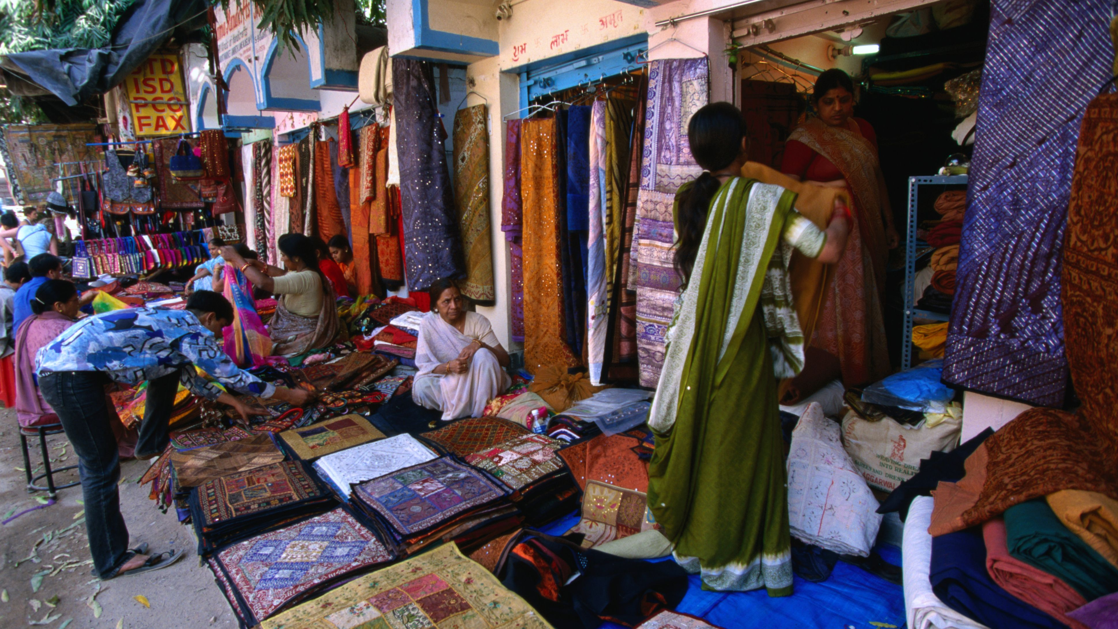 15 Best Delhi Markets For Shopping And What You Can Buy