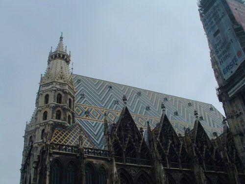 Hermoso techo de tejas cerámicas de la Catedral de San Esteban en Viena