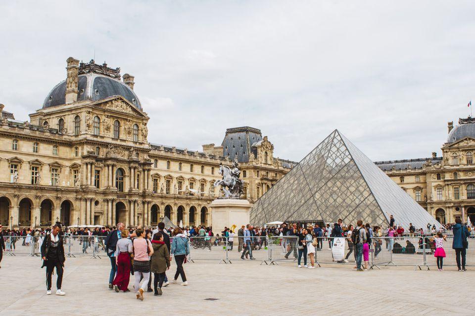 Una multitud fuera del Louvre