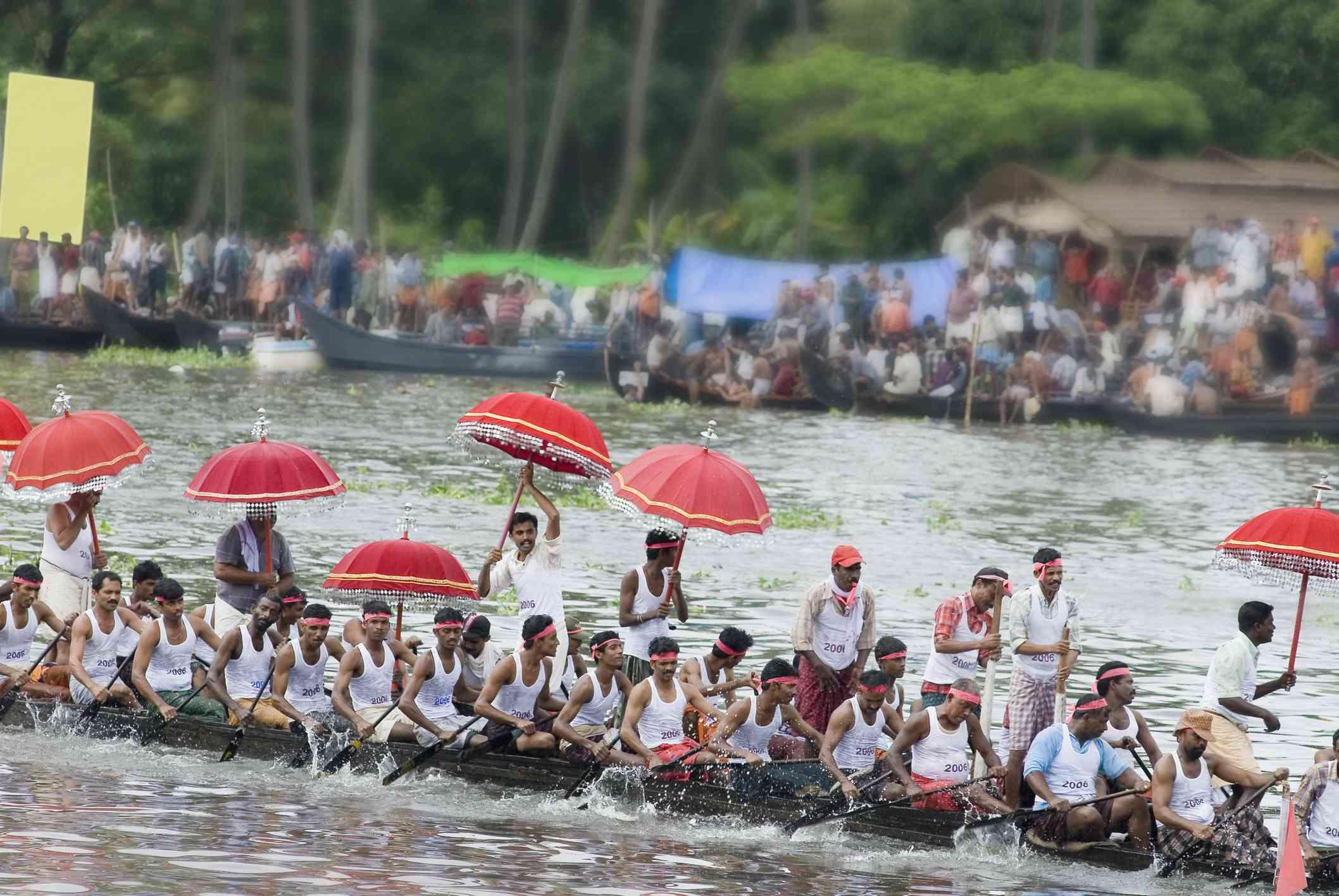 Grupo de personas que participan en una carrera de botes de serpiente, Kerala, India