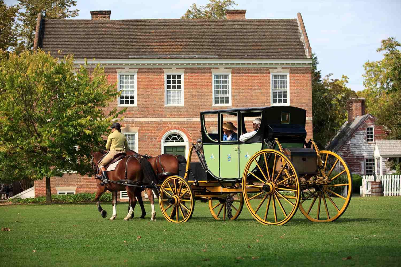 Un carruaje tirado por caballos en operación diaria por las calles de Colonial Williamsburg