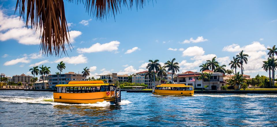 Fort Lauderdale Water Taxis cruzando en el canal intracostero