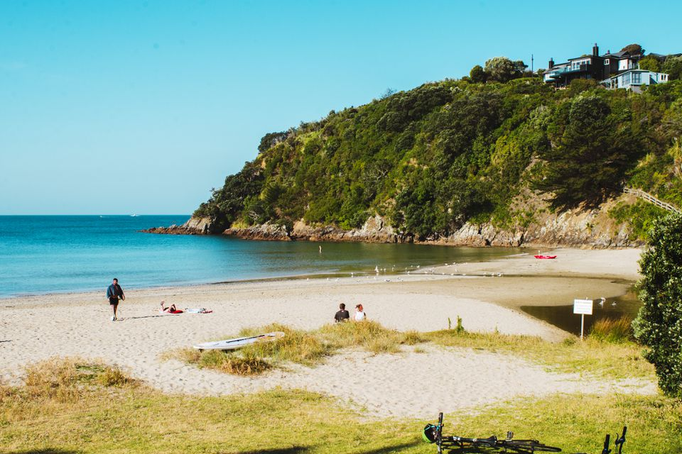 La gente en una playa en la isla Waiheke