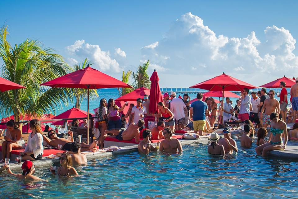 People partying at Coralina Daylight Club