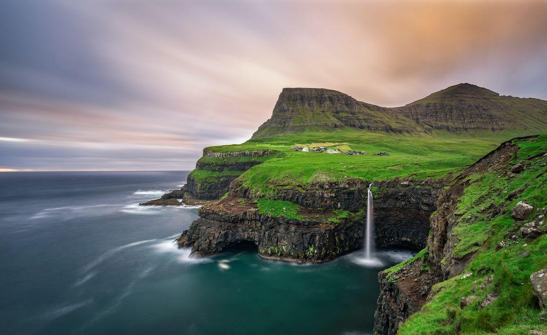 A la cascada cae sobre un acantilado hacia el Océano Atlántico Norte