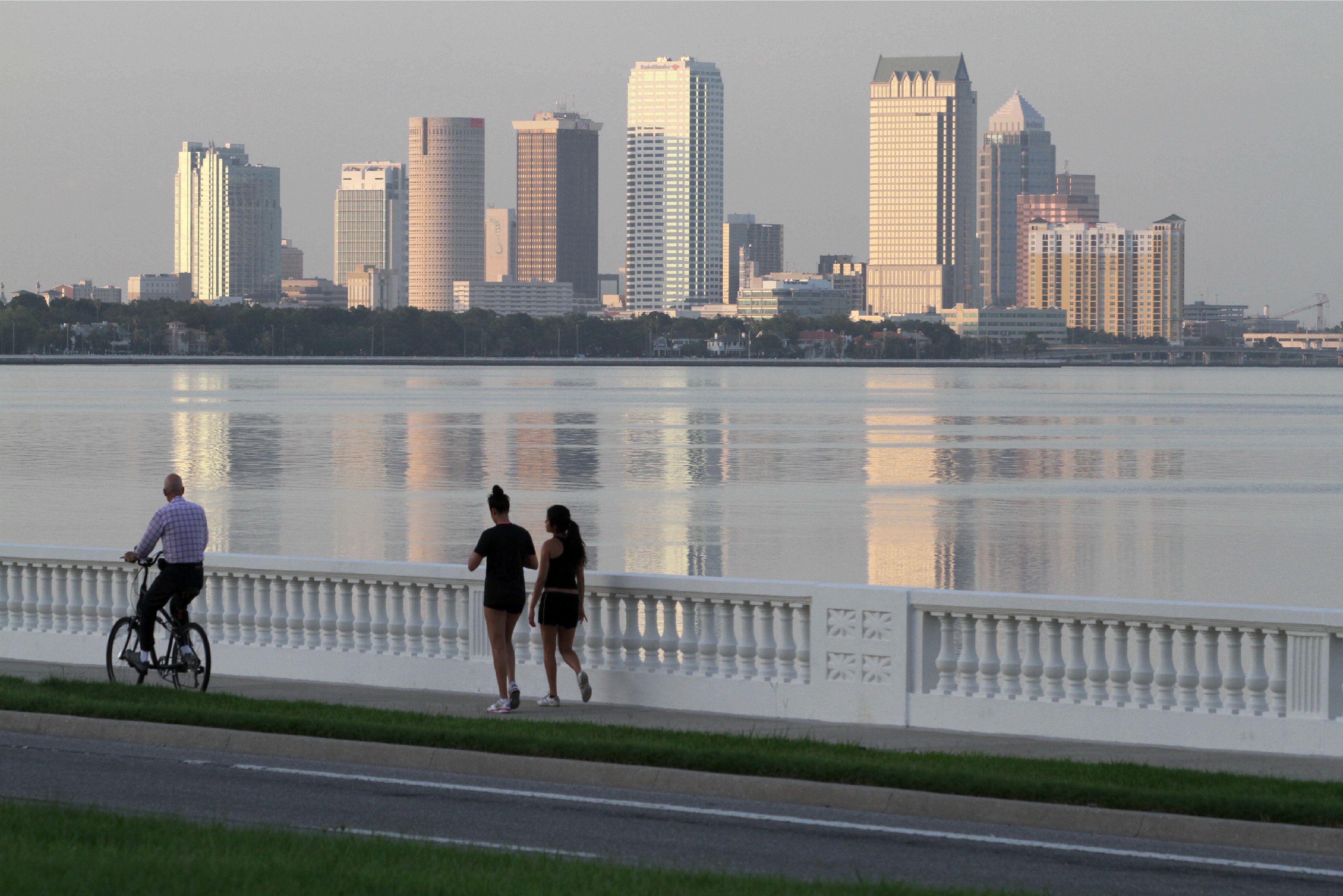 Gente disfrutando de la vista del pintoresco centro de Tampa desde Bayshore Boulevard