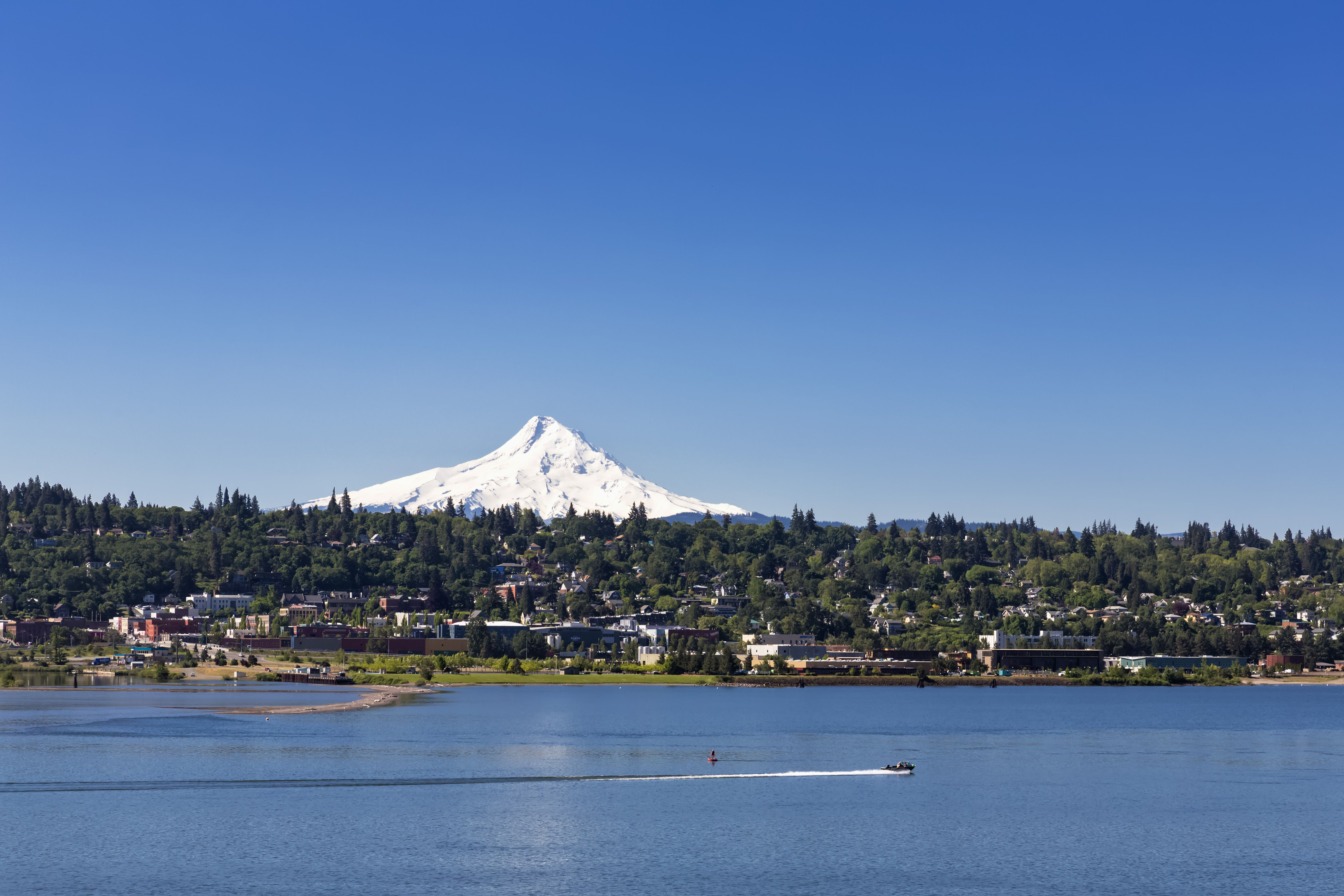 USA, Oregon, Mount Hood, Columbia River und Stadt Hood River