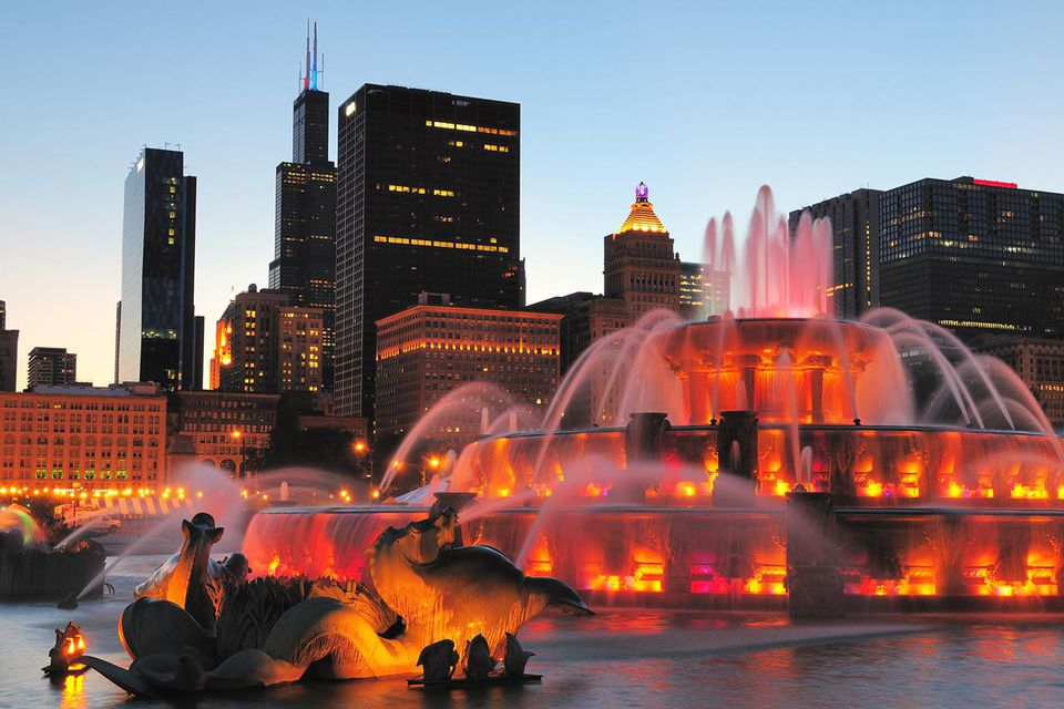 Buckingham Fountain water show lit up at night