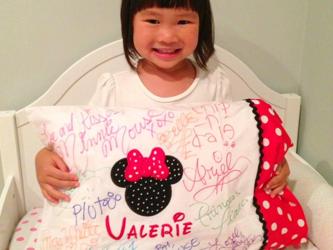una niña con una funda de almohada de Disney