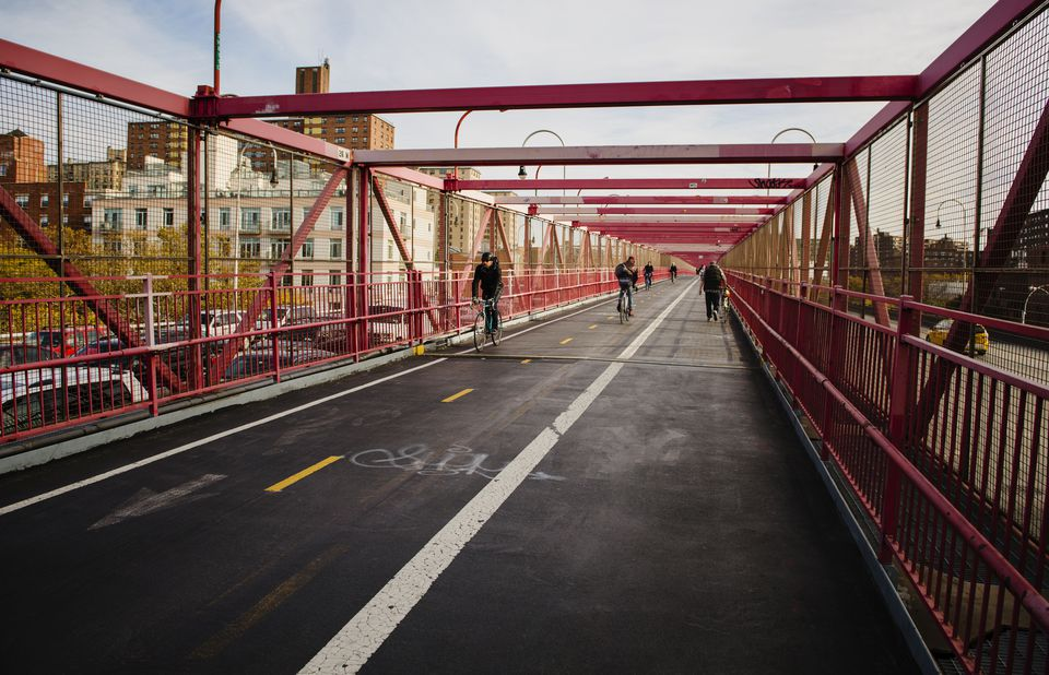 People walking and cycling on the Williamsburg Bridge