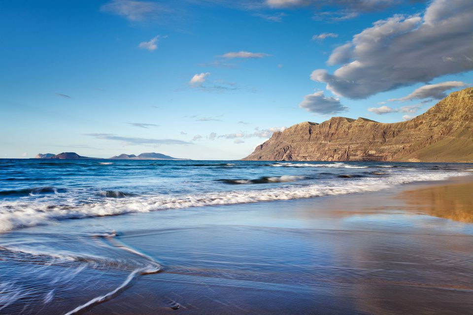 Beach Playa de Famara, mountain range Risco de Famara, Lanzarote, Canary Islands, Spain, Europe