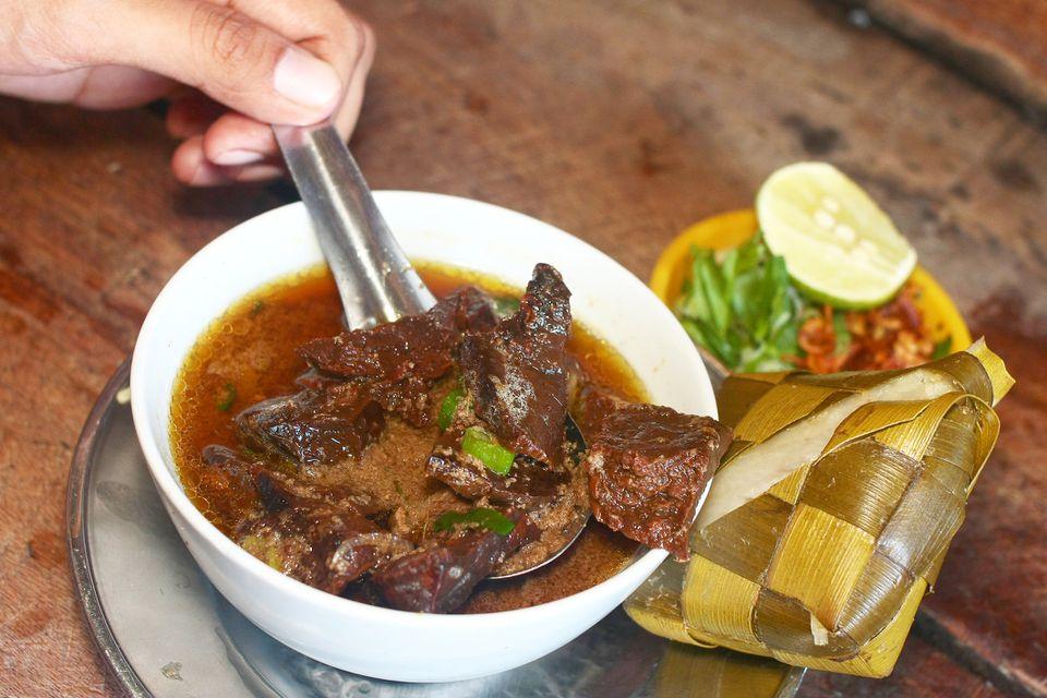 Un tazón de Coto Makassar