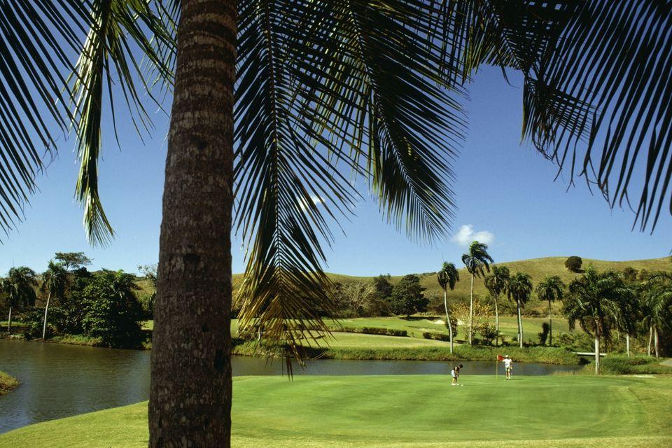 Dos golfistas jugando al golf en el campo de golf Fountain Valley, St. Croix, Islas Vírgenes de EE. UU.