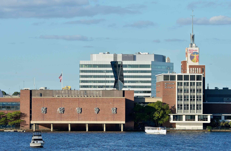 Una vista general del Museo de Ciencias de Boston y el río Charles