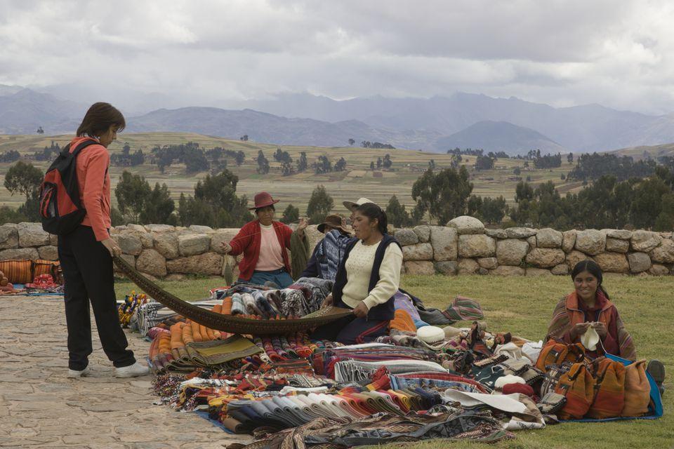 Compras turísticas para mantas en el mercado rural