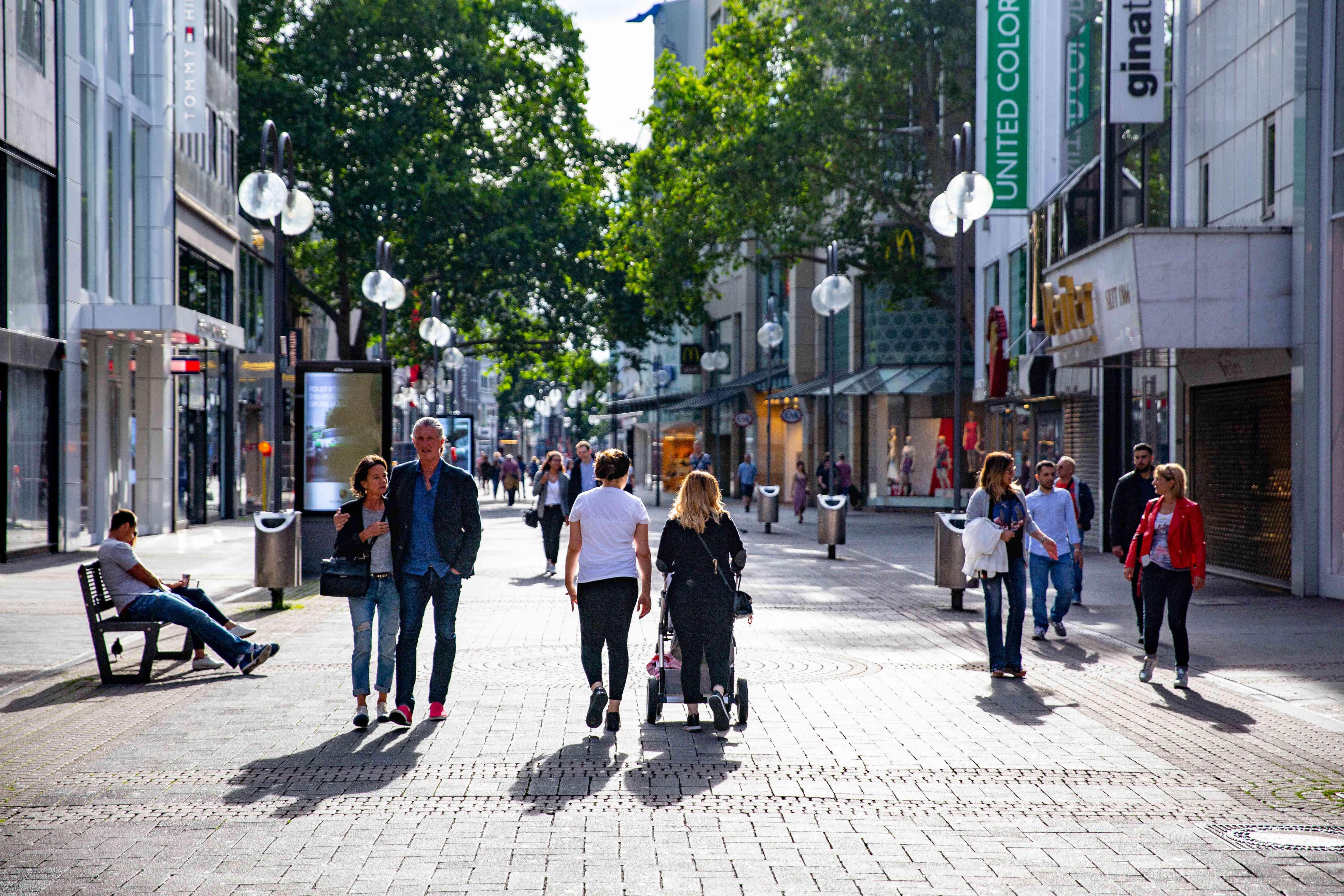 Gente caminando por la calle peatonal Schildergasse
