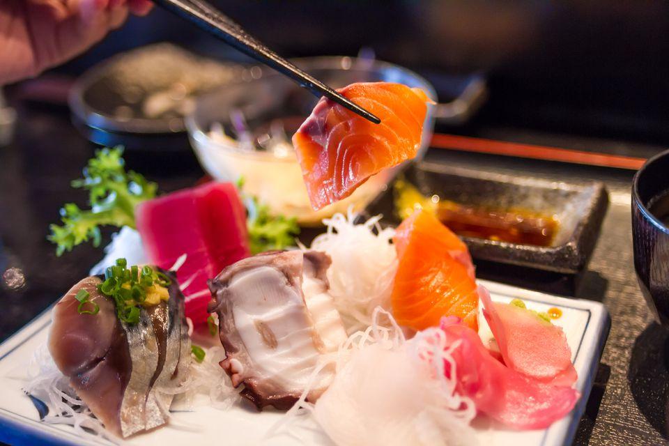 Plato tradicional de pescado crudo sashimi en Japón