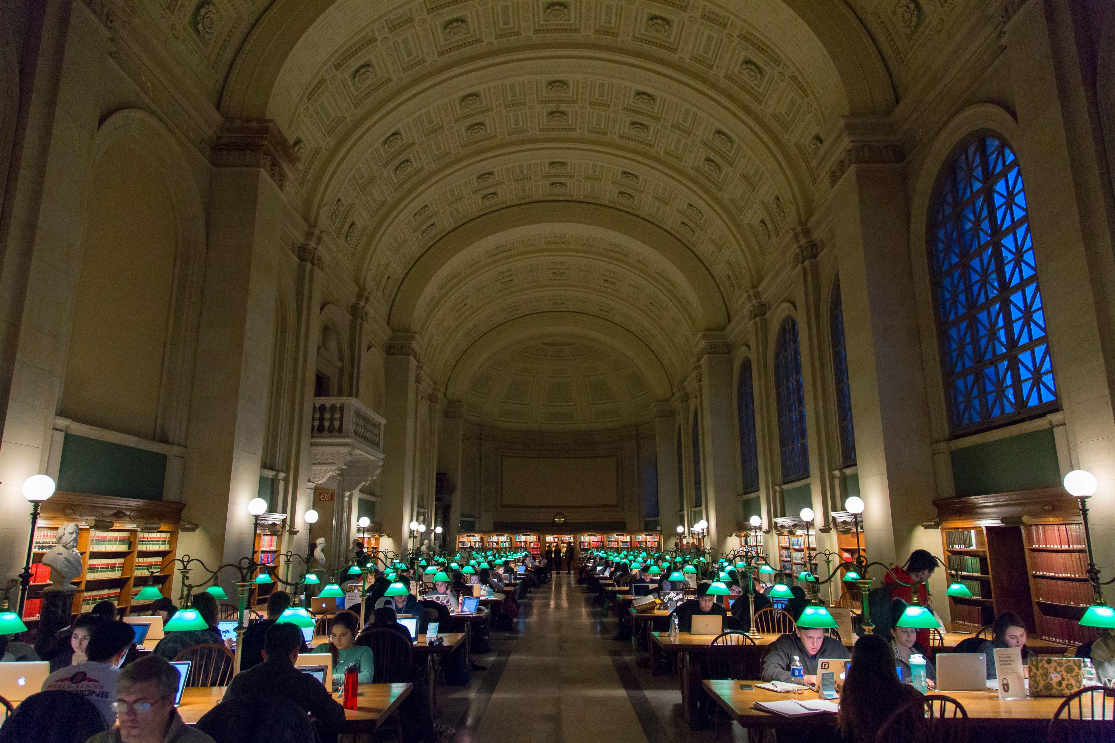 Dentro de la sala de lectura principal de Boston Biblioteca pública
