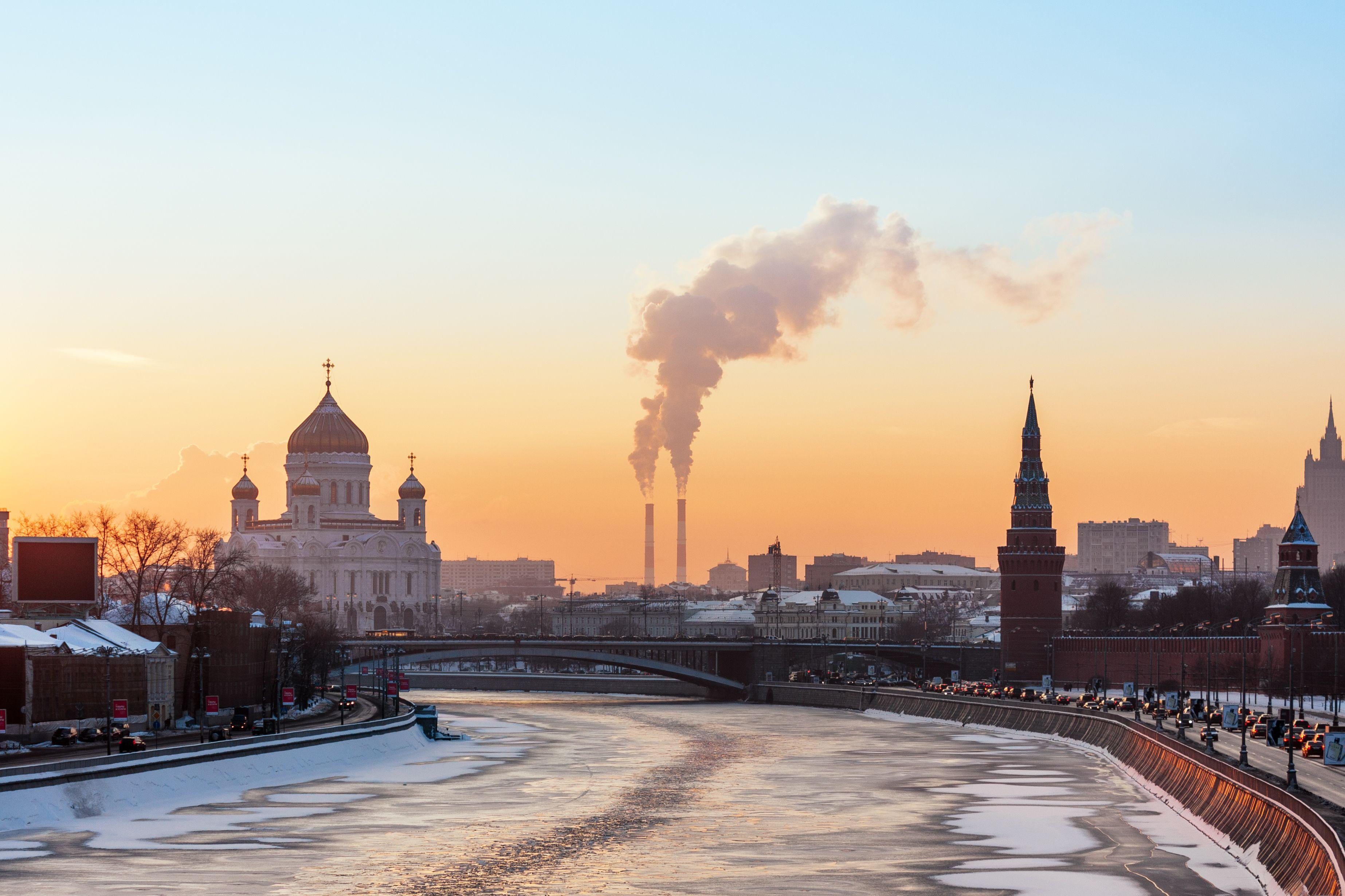 Mit Blick auf Fluss Moskwa, Christ-Erlöser-Kathedrale und Moskau Kremlin