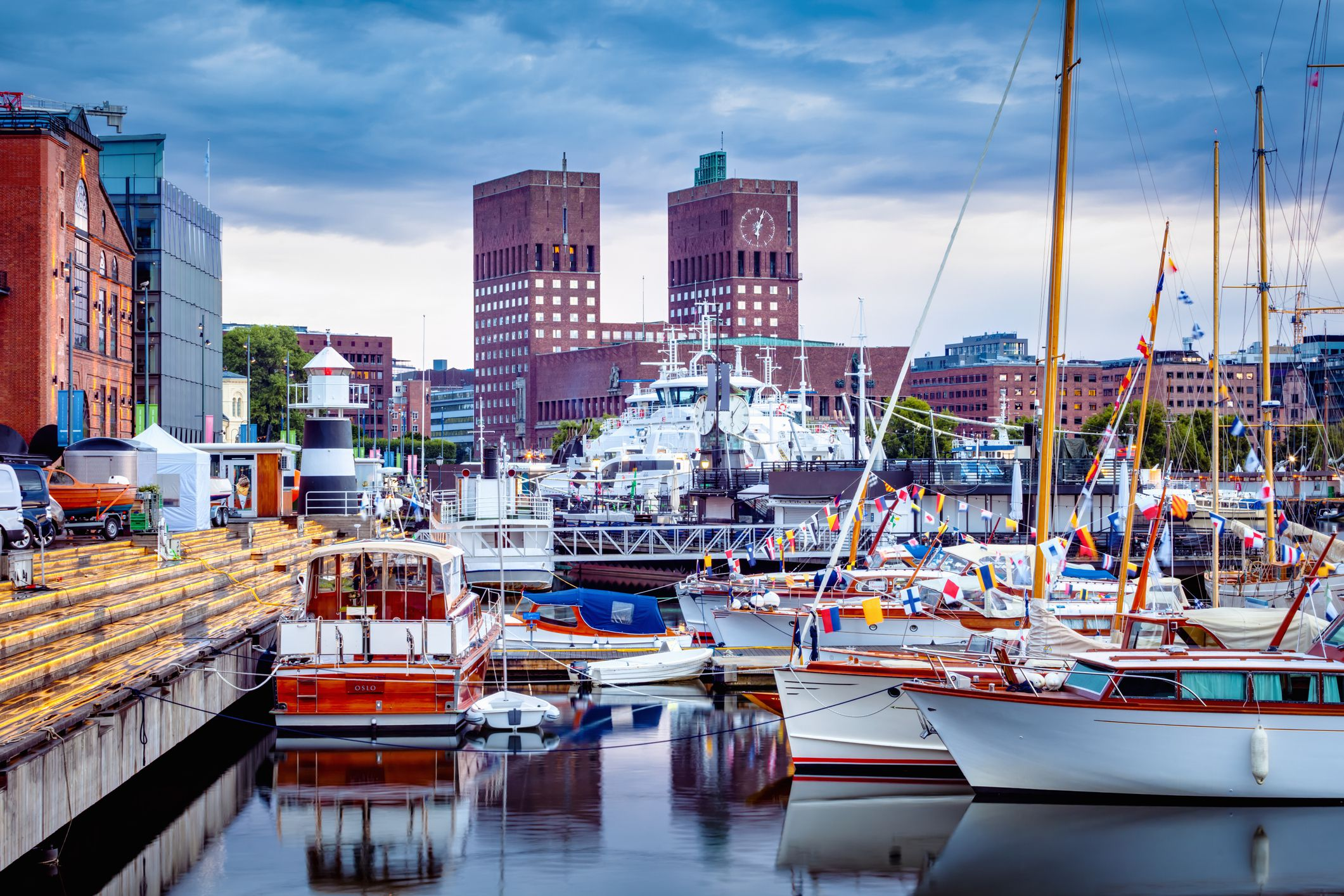Ayuntamiento de Oslo desde Aker Brygge Marina - Oslo, Noruega