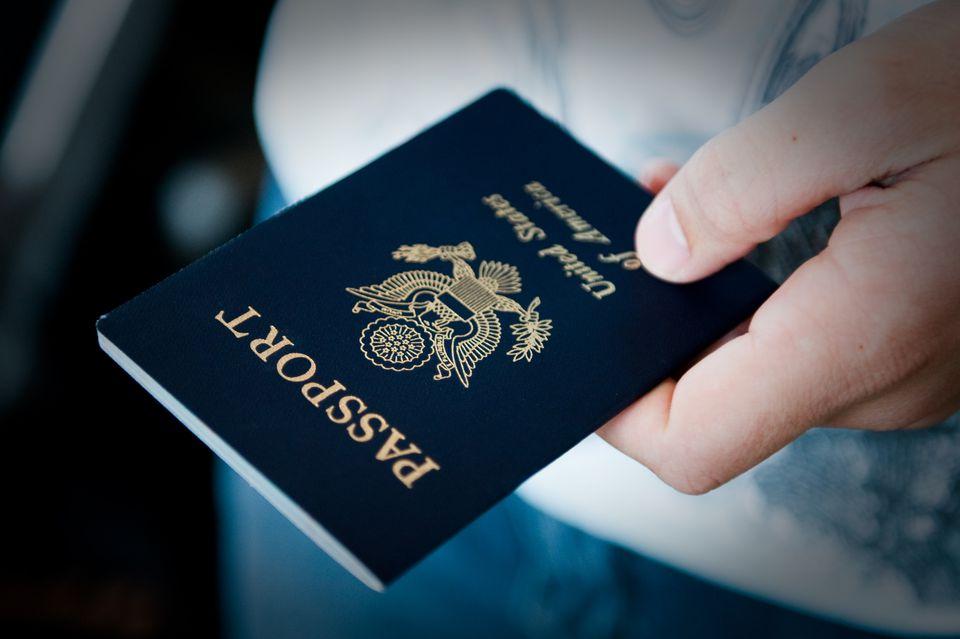 Primer plano del hombre con pasaporte
