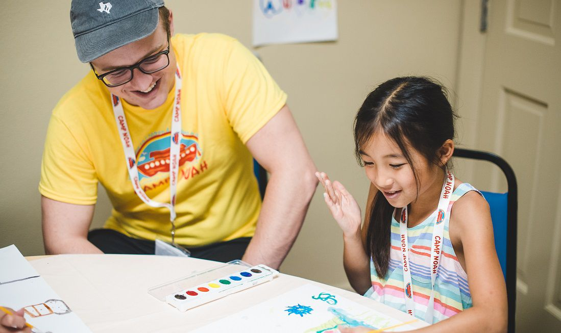 Voluntarios ayudando a los niños a través de Servicios Sociales Lutheran de Minnesota