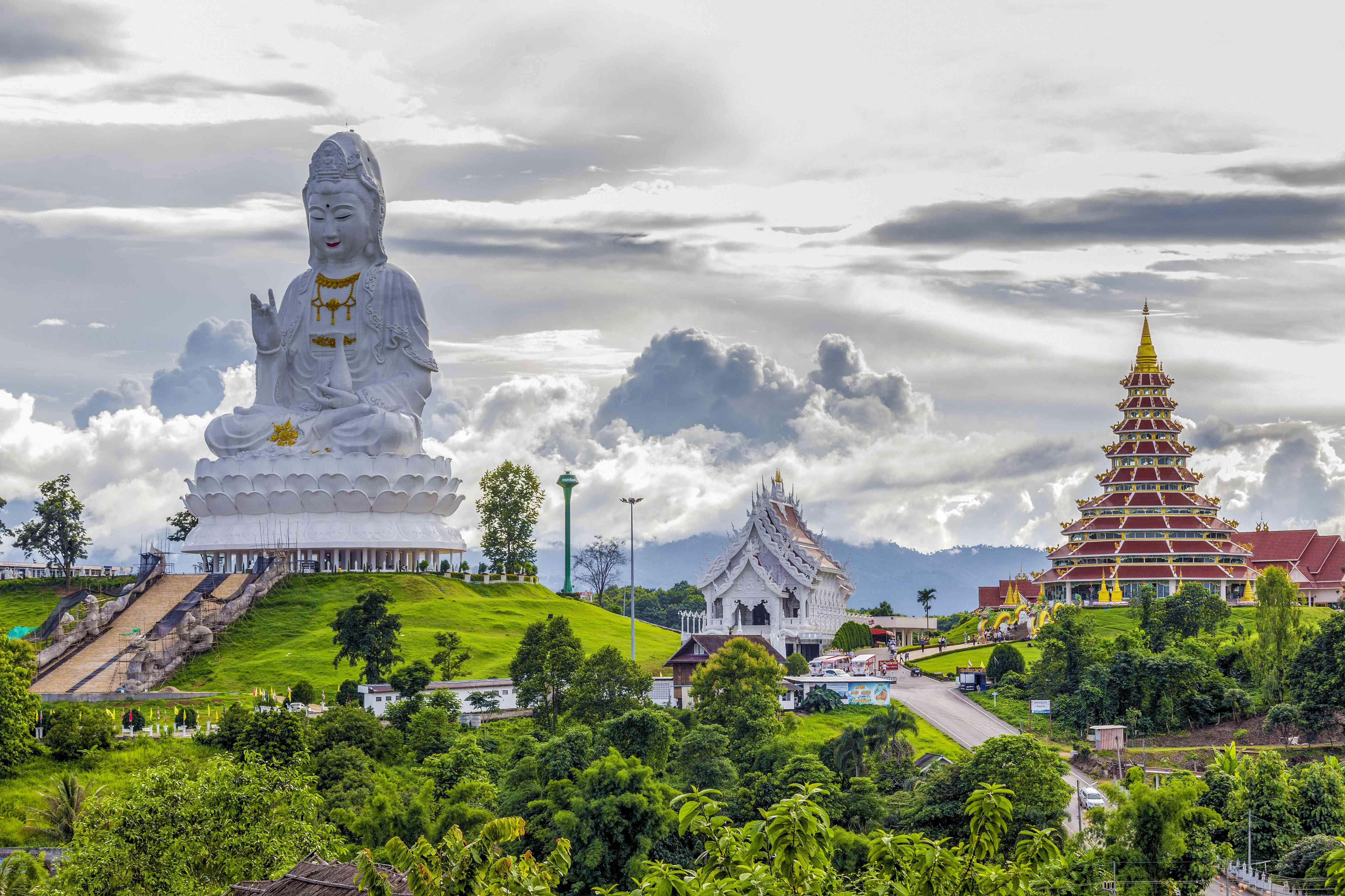 Un templo y una estatua blanca de Buda en Chiang Rai, Tailandia