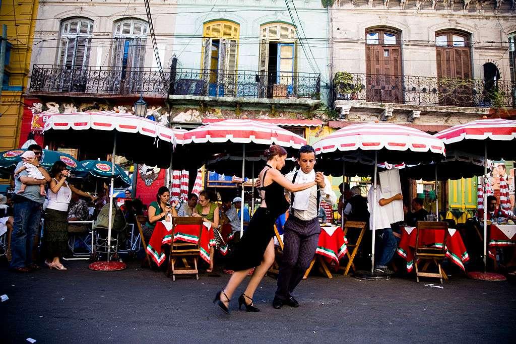 Los bailarines callejeros bailan el tango en Caminito de La Boca, en Buenos Aires