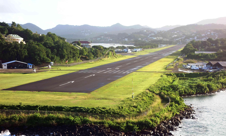 pista del aeropuerto rodeada de hierba en Santa Lucía
