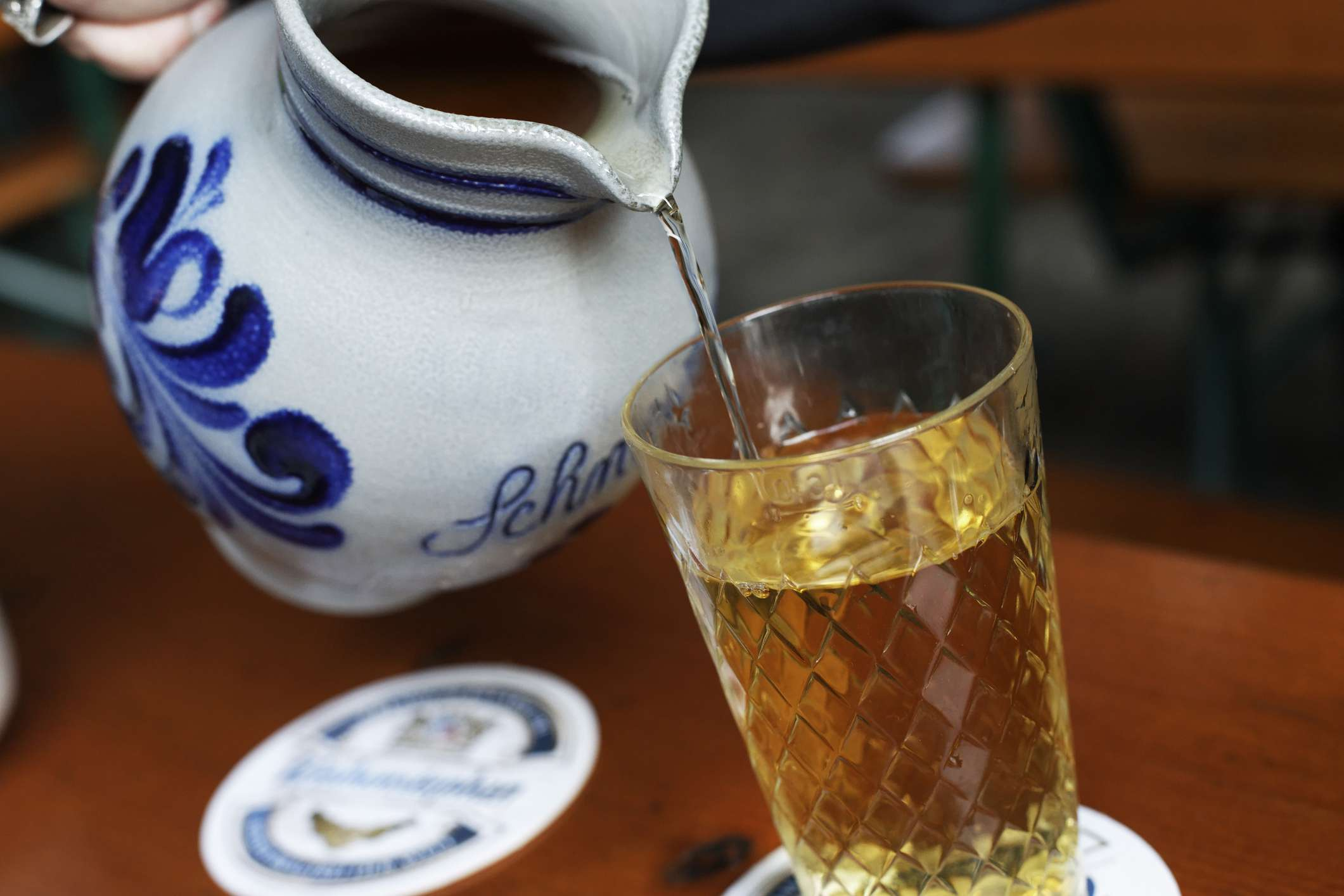 Pouring apple wine out of a jug, Apple wine pub in Alt-Sachsenhausen, Frankfurt am Main, Hesse, Germany