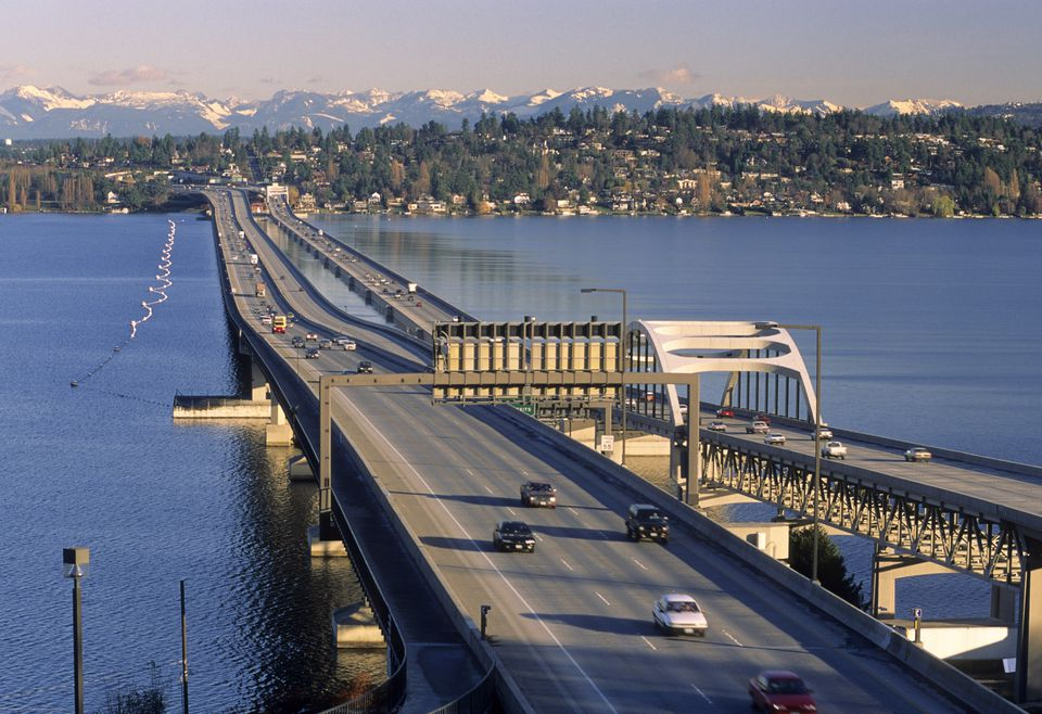 I-90 puentes flotantes sobre el lago Washington en Seattle
