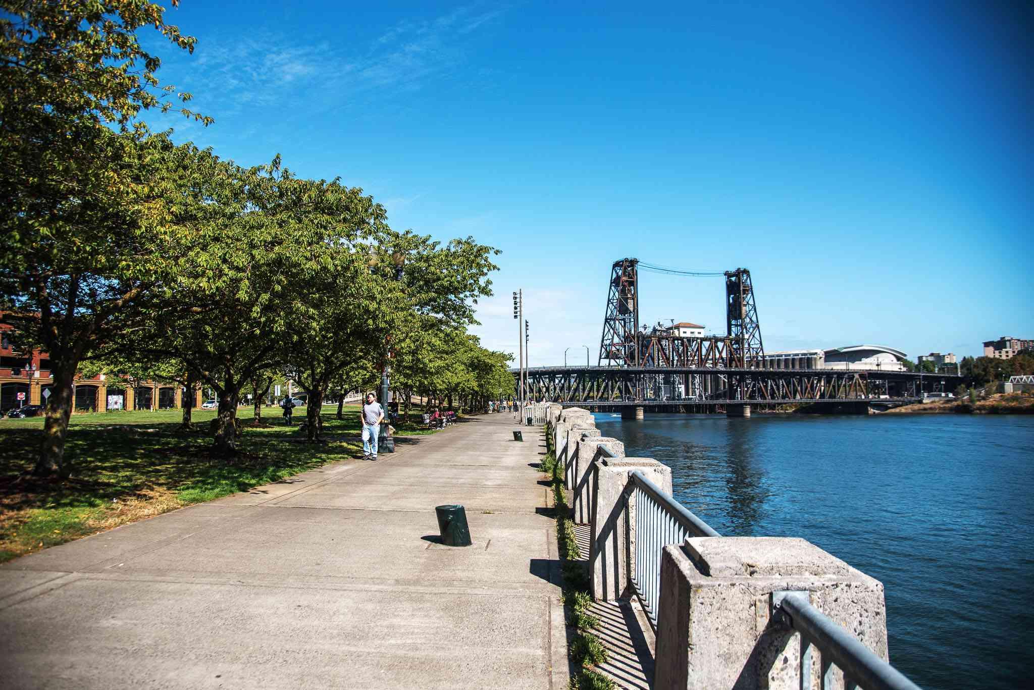 Una persona que camina por el paseo marítimo de McCall con una vieja estructura industrial en el fondo