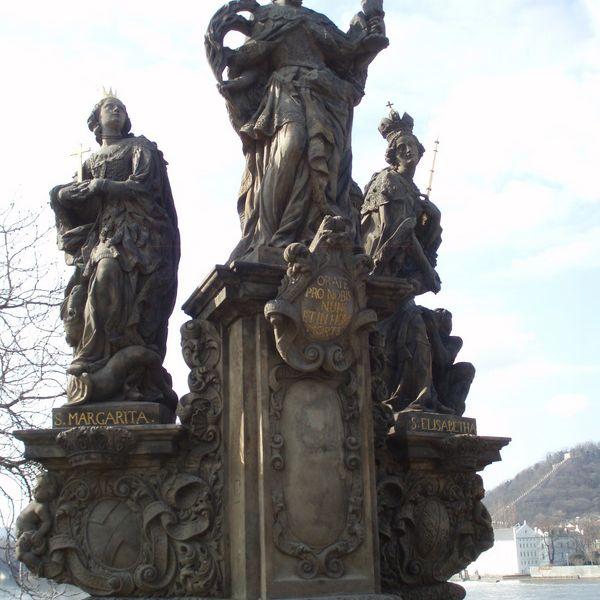 Santa Bárbara, Margarita y Isabel en el Puente de Carlos Praga
