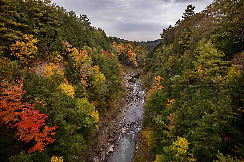 Beautiful Quechee Gorge in la caída con hojas de otoño y cielo gris en Quechee, VT