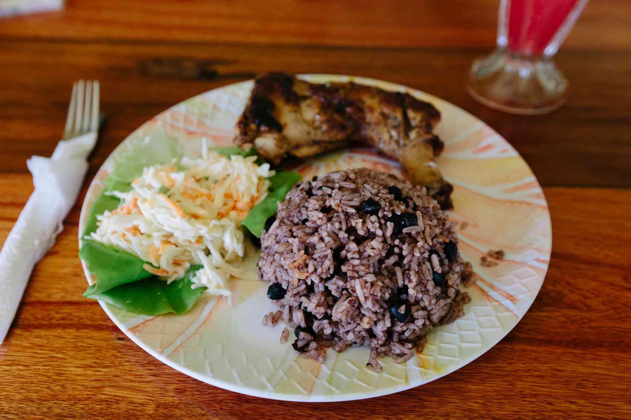 Comida tradicional de Belice: pollo con arroz y frijoles