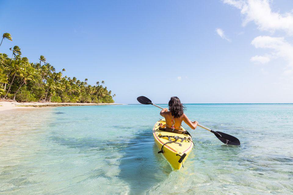 Kayak a lo largo de una hermosa playa