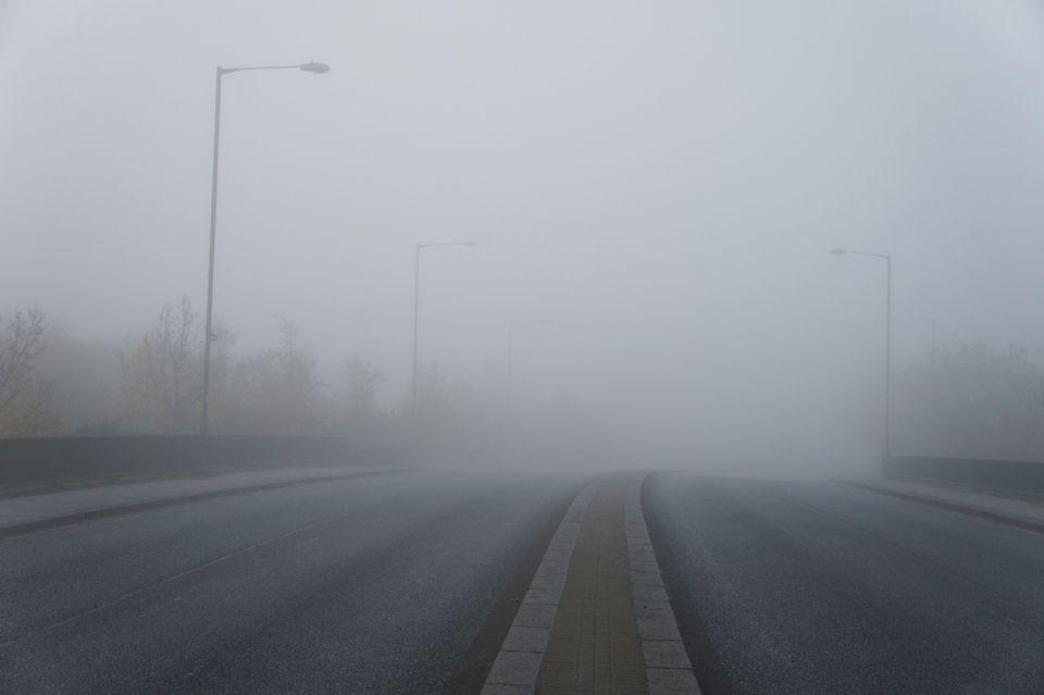 Carretera con espesa niebla