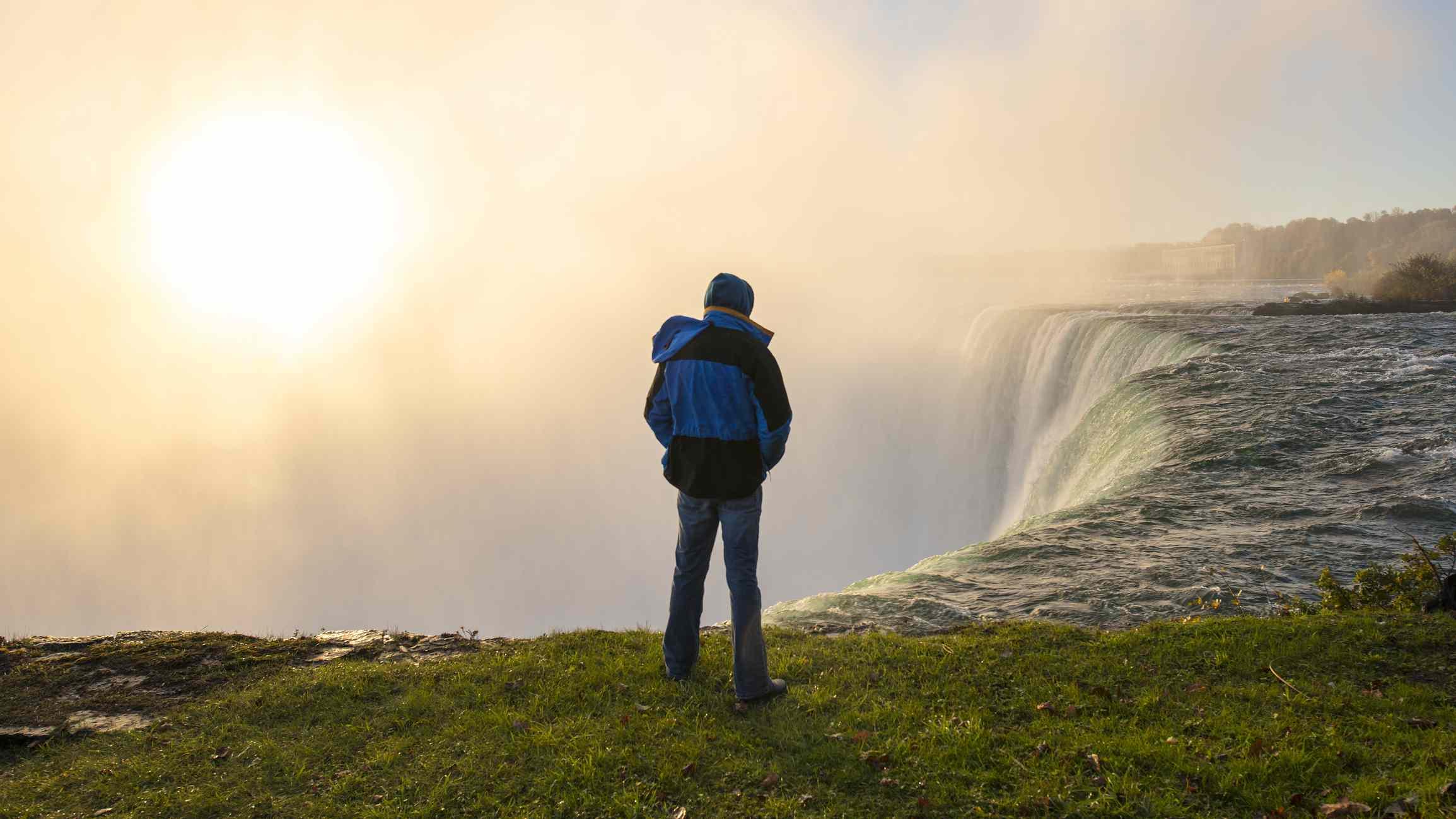 hombre parado solo por las Cataratas del Niágara