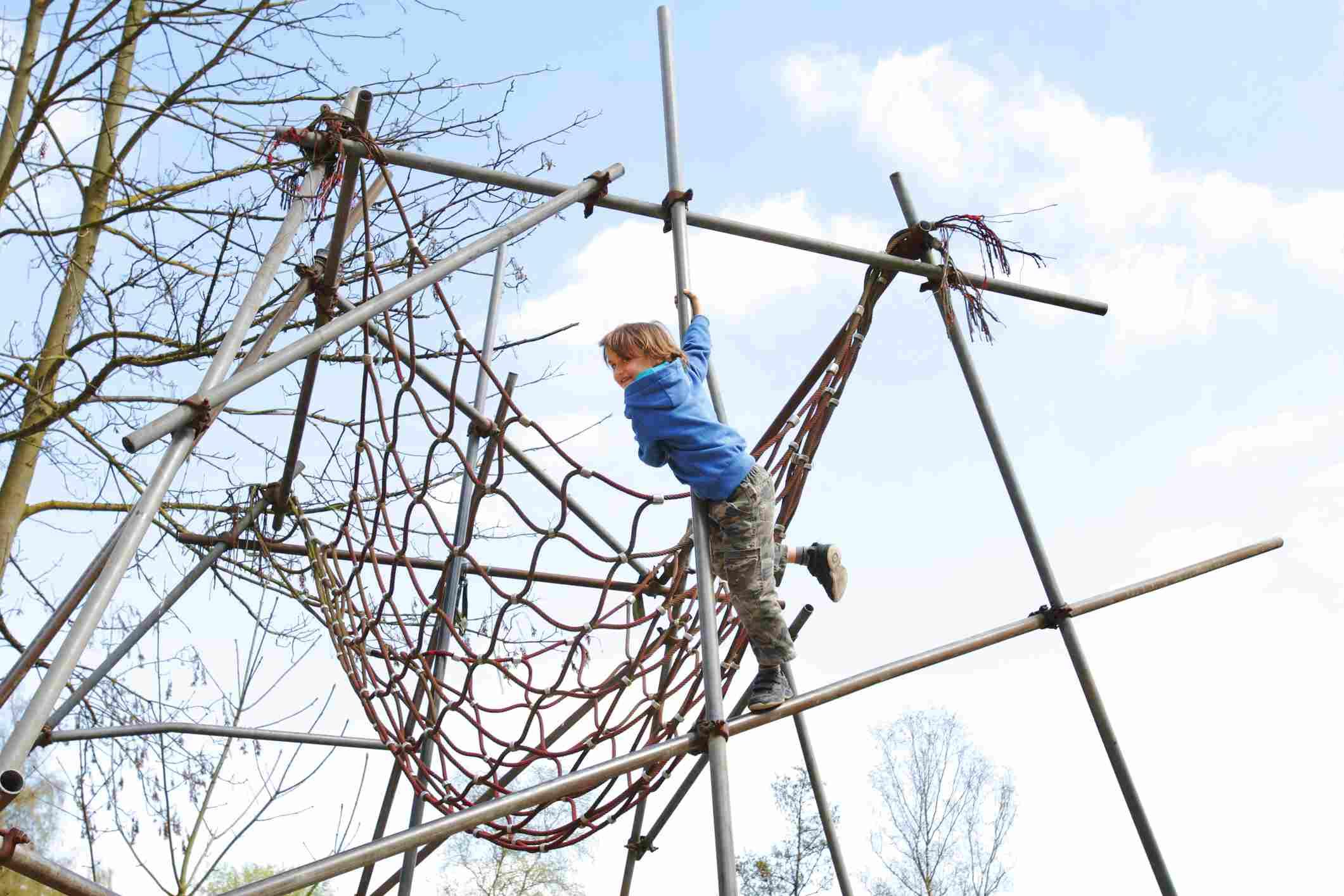 Niño jugando en el parque infantil