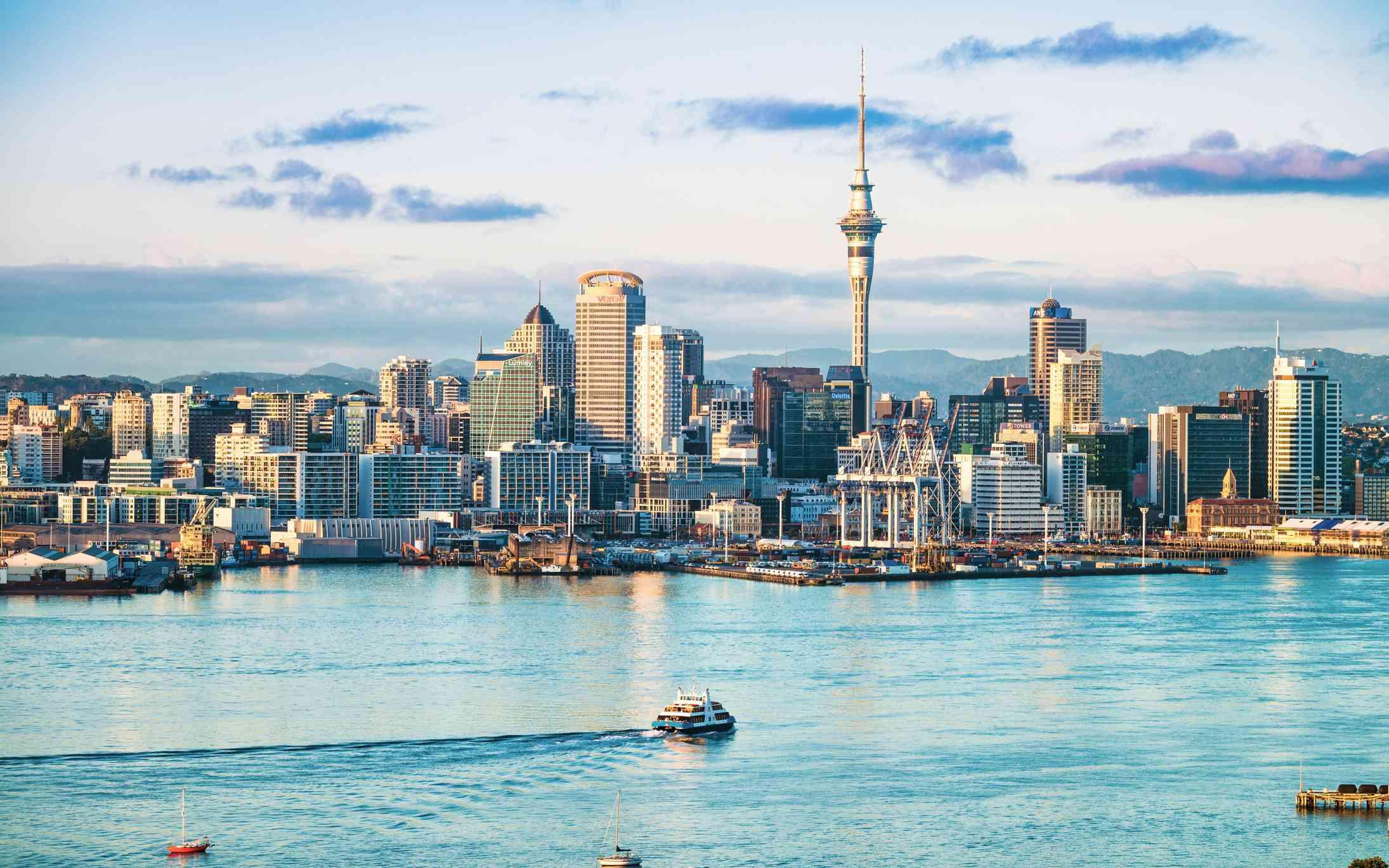 Una vista de la mañana del CBD de Auckland, a través del agua del puerto de Waitemata