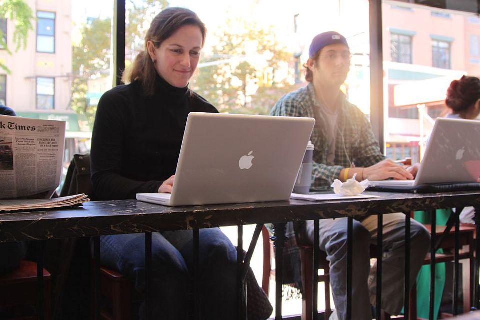 Mujer de la ciudad de Nueva York en la computadora portátil