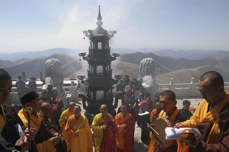 Temple enshrining ceremony at sacred Wutai Mountain