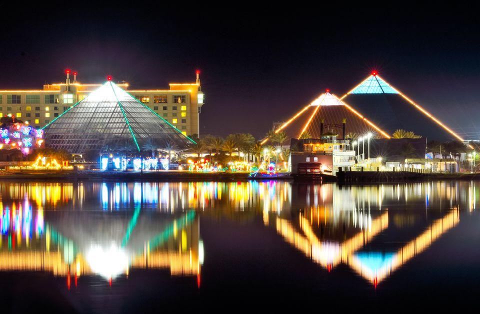 Paisaje urbano iluminado por la noche
