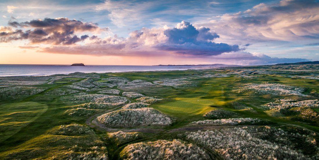 une el campo de golf con el cielo azul púrpura