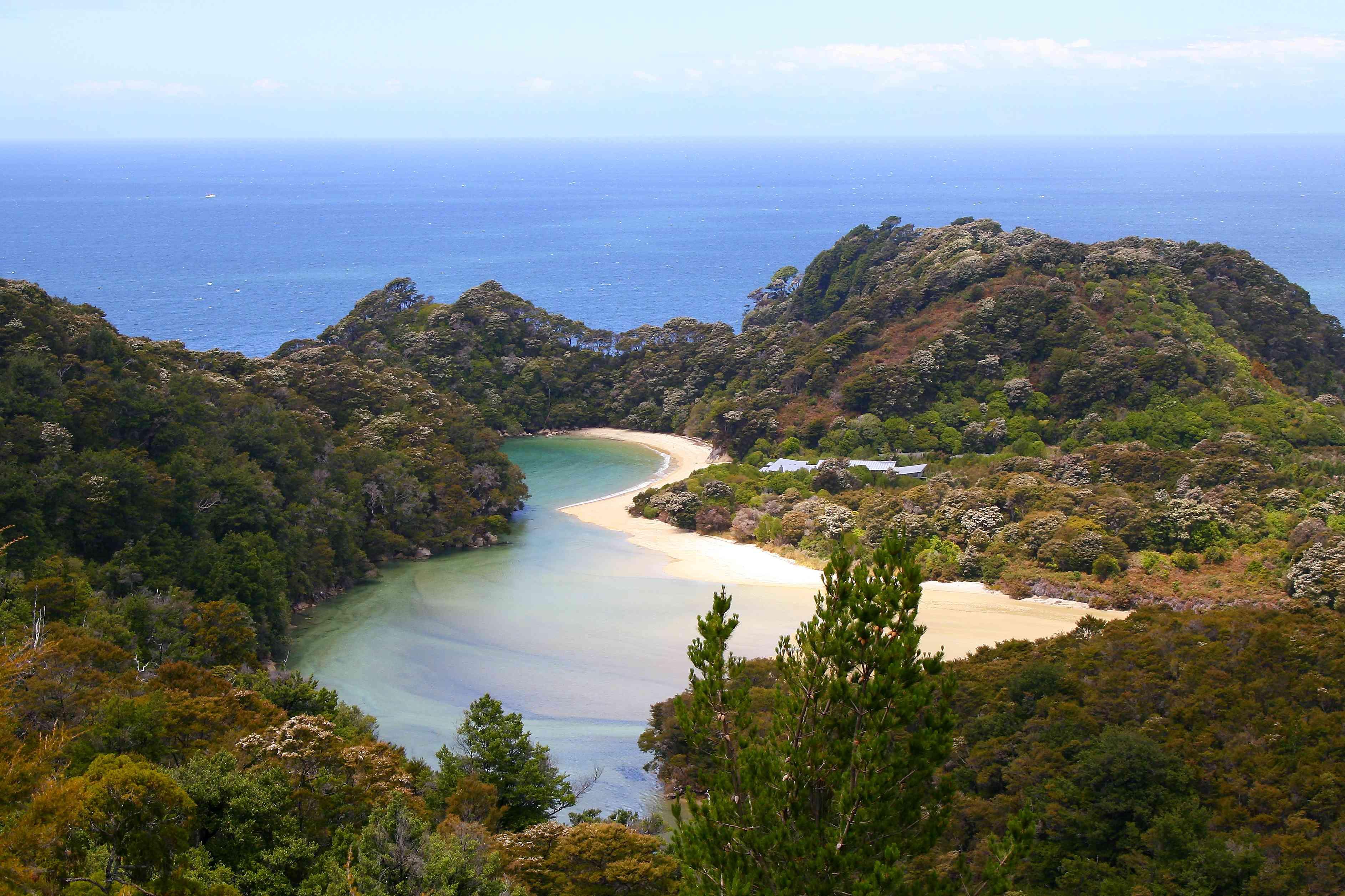 Vista aérea del idílico paisaje de la bahía de Abel Tasman, Tasman y Golden Bay desde arriba , Panorama del sur de Nueva Zelanda