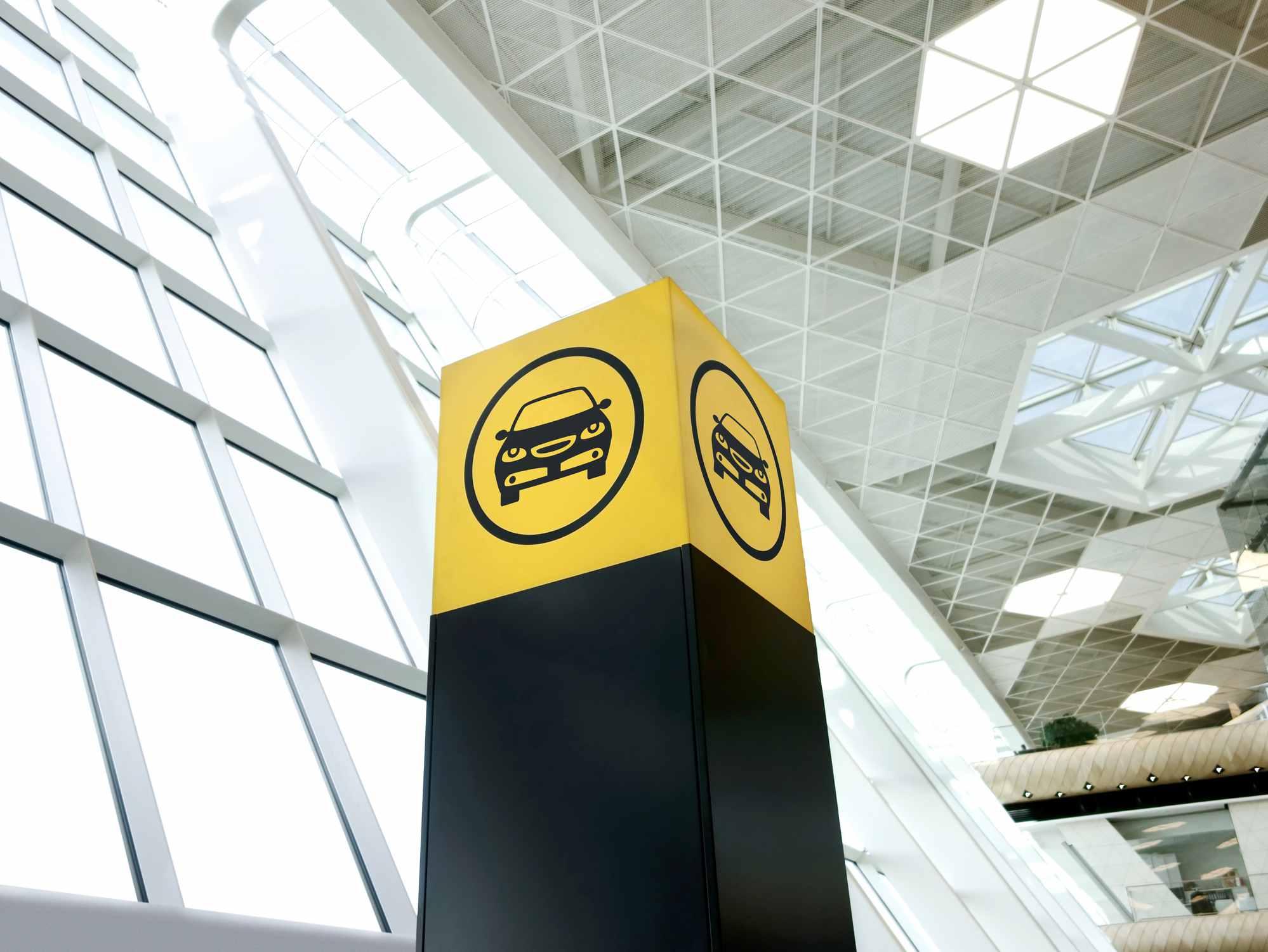 Mostrador de información de alquiler de vehículos en el aeropuerto